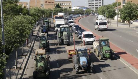 Una cinquantena de tractors col·lapsen el centre de Lleida en una protesta contra la crisi de preus a la fruita
