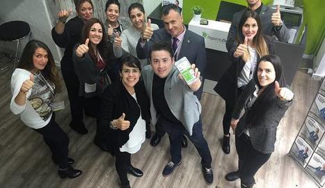Enrique Espinosa amb l'equip de Repara tu Deuda.
