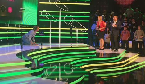 José Corbacho i Victòria Maldi, amb un concursant en la prova en la qual el micròfon s'amaga.