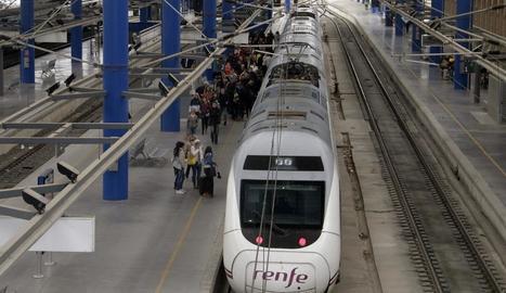 Un tren d'alta velocitat a l'estació de Lleida-Pirineus.