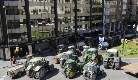 La diligència de tractors es va concentrar davant de la delegació del Govern de Lleida, en ple centre de la capital del Segrià.