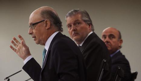 Cristóbal Montoro, Íñigo de la Serna i Luis de Guindos, ahir en roda de premsa.