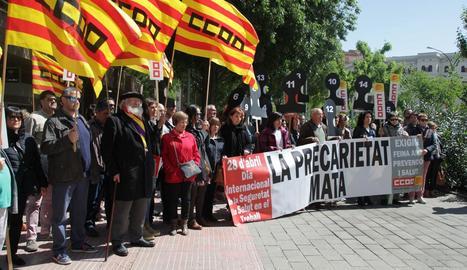 La concentració protagonitzada ahir per CCOO a Lleida contra els accidents laborals.