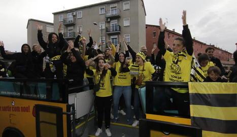 Les jugadores del CF Pardinyes, a l'autobús descapotable amb el qual van recórrer els carrers.