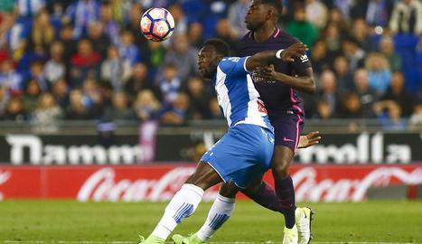 Umtiti pugna amb Caicedo, en una acció del partit d'ahir.