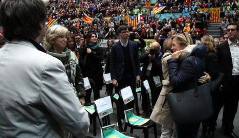 Puigdemont observa Joana Ortega davant de centenars de participants en l'assemblea de l'ANC.