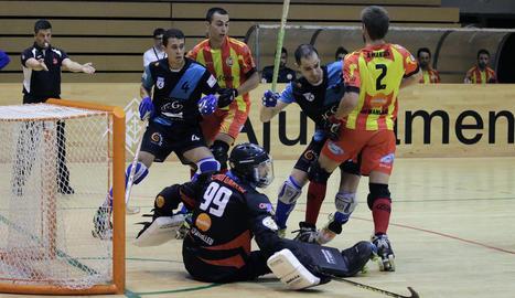 La lluita a les àrees va ser molt intensa entre els jugadors dels dos equips.