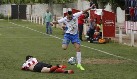 Un jugador de l'Aitona s'eleva per sobre d'un contrari en una de les jugades del partit d'ahir.