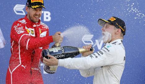 Bottas celebra el triomf al podi amb Vettel, que va ser segon.