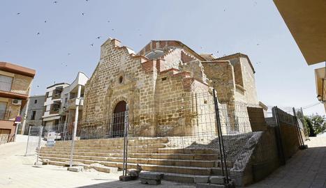 Estat de l'església de Rosselló després de l'ensorrament del campanar i un cop recollida la runa.