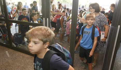 Alumnes entrant al col·legi el primer dia de classe d'aquest curs.