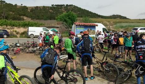 Ciclistes ahir al punt de partida dels circuits.