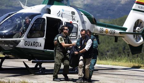 El trasllat d'un dels morts en l'accident d'avioneta.