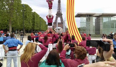 Els Castellers de Lleida actuen davant de la torre Eiffel a París