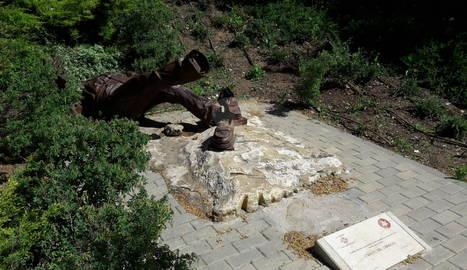 L'estàtua de Manolo Calpe caiguda.
