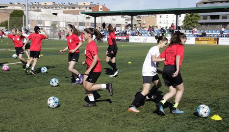 Algunes de les jugadores que van participar ahir en la Jornada de Futbol Femení organitzada per l'FCF.