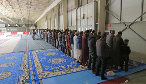 Musulmans resant ahir al migdia a l'interior del pavelló 4 dels Camps Elisis.