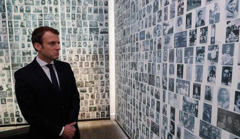 El candidat centrista, Emmanuel Macron, durant la seua visita diumenge al Memorial Shoah de París.