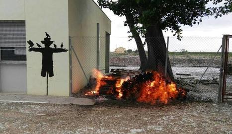 El foc va cremar material acumulat a prop de l'alberg.