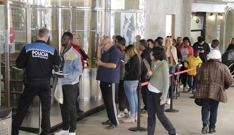 Ciutadans fent ahir cua davant de l'OMAC.
