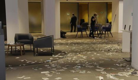 Vista de com va quedar l'interior de l'oficina en la qual van irrompre els activistes.