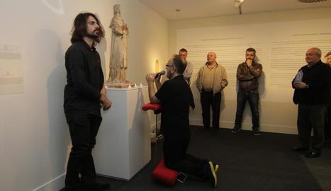 Un moment de la 'performance' que va oferir Valeriano López.