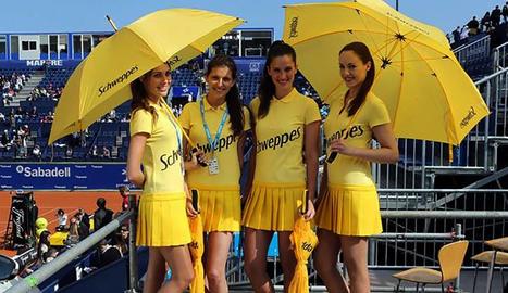 Hostesses amb els vestits que els va donar el patrocinador.