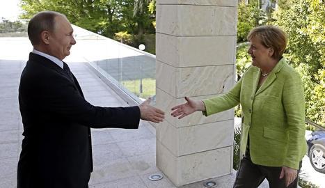 Vladímir Putin al rebre Angela Merkel a Sotxi.