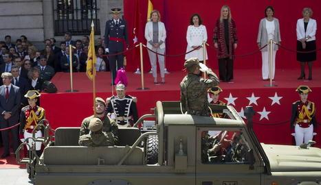 Cristina Cifuentes, en un acte amb militars per commemorar el Dos de Maig, a Madrid, ahir.