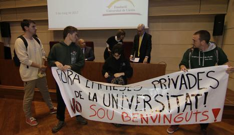 Los ocho estudiantes se plantaron ante el escenario con esta pancarta y se negaron a irse.
