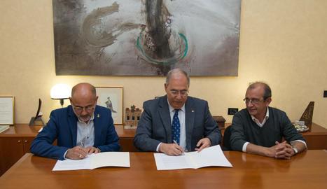 L'alcalde de Soses, el rector i el professor Joan López