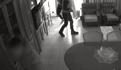 Els lladres, en plena acció, en una imatge capturada per una càmera de seguretat.
