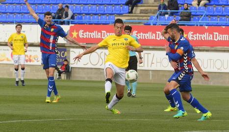 Marc Nierga controla una pilota en una acció del partit de dissabte passat davant del Llagostera.