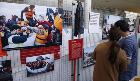 Dos dels refugiats que van anar a la inauguració.