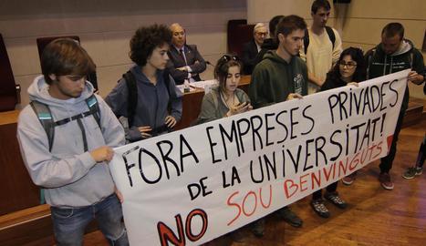 Els estudiants que van boicotejar l'acte, en el moment en què llegien un manifest.