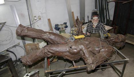 L'autor de l'escultura, Miguel Ángel González, treballant ahir en la restauració.