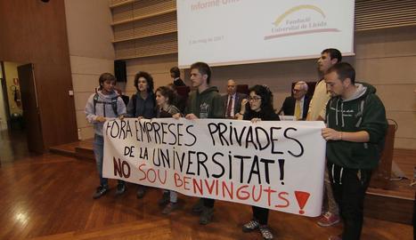 Els estudiants que van boicotejar l'acte dimecres a la tarda.