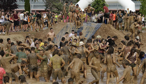 Detall dels joves dins del fang.