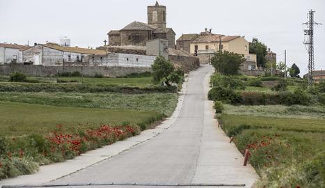 La carretera que uneix Sisteró amb Pelagalls, al fons de la imatge.