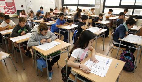 Imatge d'alumnes de l'escola de La Mitjana, que van fer les proves de nivell ahir al matí.
