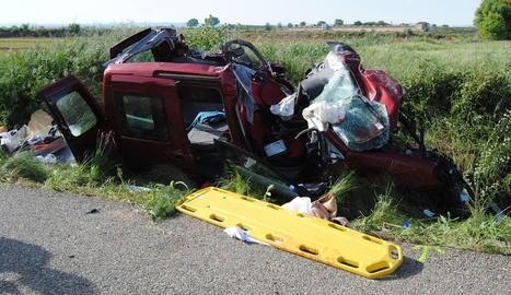El vehicle va quedar reduït a ferralla i els bombers van haver de rescatar-lo de l'interior.