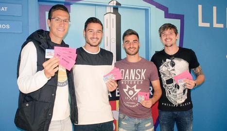 Noel, Javi López, Doncel i Quintillà, ahir amb les entrades que van retirar per al partit de demà.