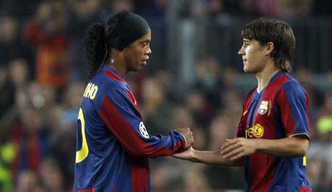 Bojan substitueix Ronaldinho durant un partit.