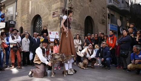 El veterà marionetista Jordi Bertran, a la plaça Major.