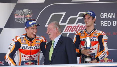 El rei Joan Carles conversa amb Marc al podi de Jerez.