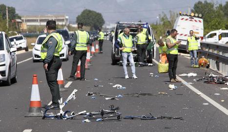 Investigadors a la zona de l'accident entre restes de les bicis.