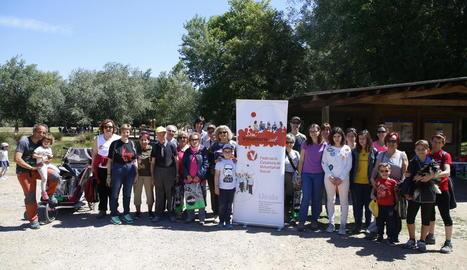 Foto de família d'alguns dels participants en la caminada pel voluntariat, ahir a la Mitjana.
