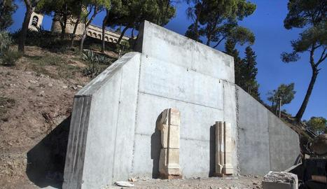 El mur de contenció que es construeix al Parc de Sant Eloi.