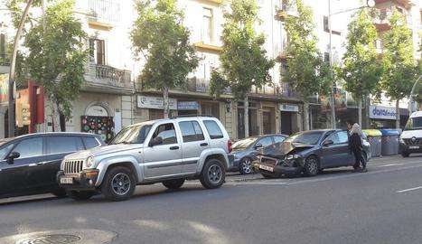 Dos vehicles van col·lidir per encalç a la rambla d'Aragó.