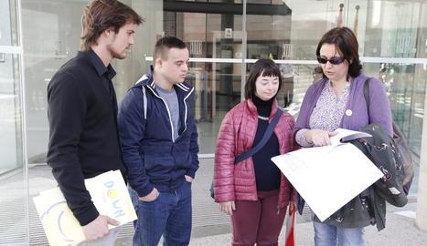 La presidenta de Down Lleida, dos dels joves vetats i un tècnic, el dia que van acudir al jutjat.